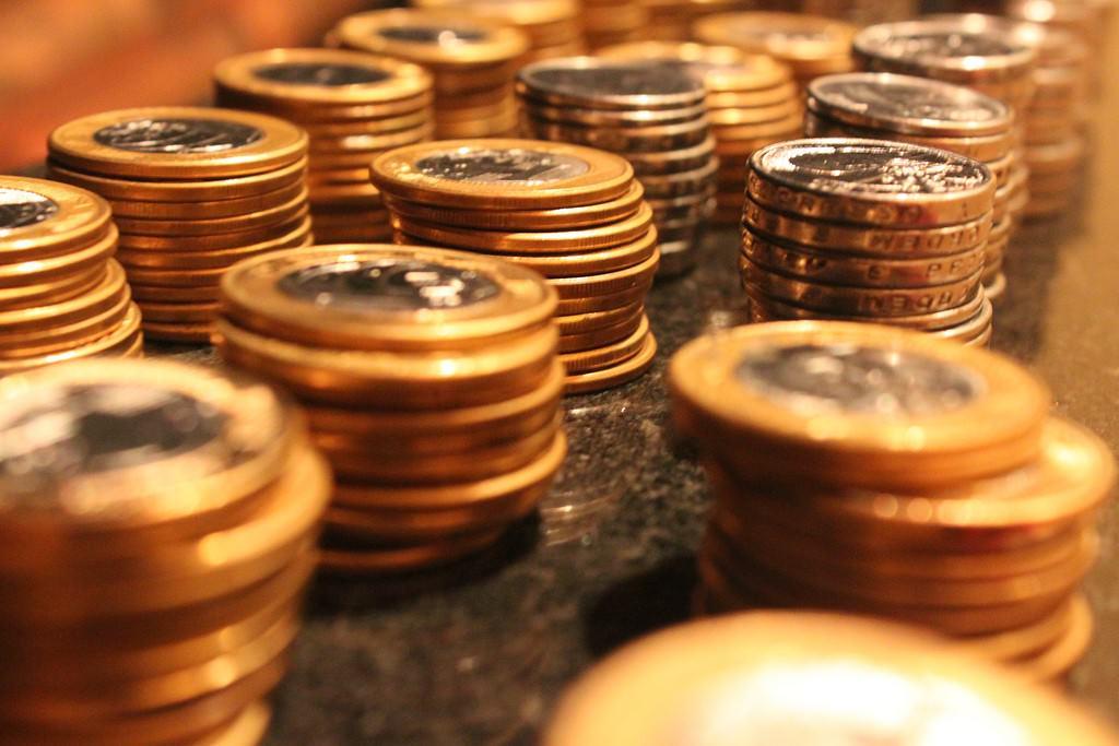 pilhas de moedas lado a lado